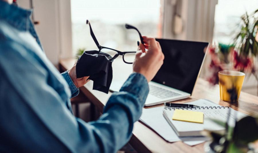 Αν είστε όλη μέρα στο γραφείο ή έξω, καθαρίστε τα γυαλιά σας με ειδικά μαντιλάκια
