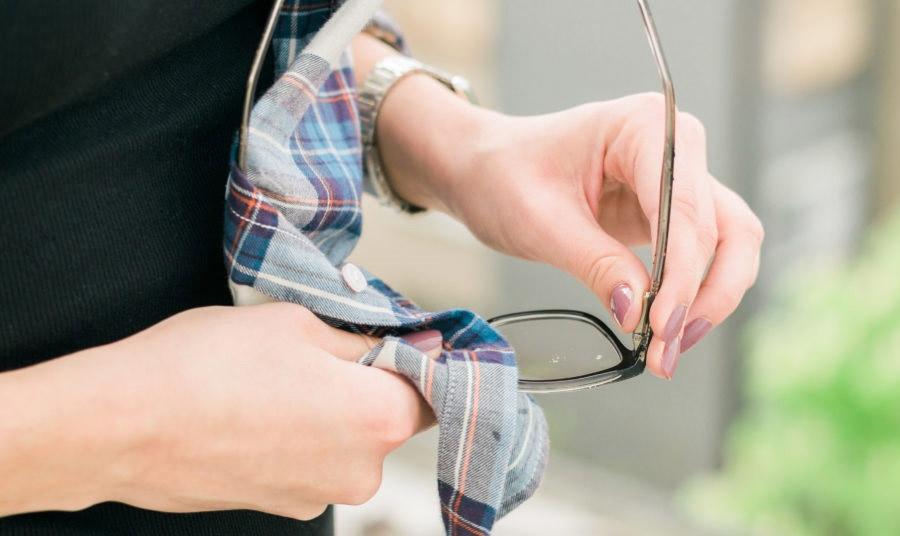 Μην σκουπίζετε τα γυαλιά σας… με την άκρη από το πουκάμισό σας, αν δεν θέλετε να τα γδάρετε!