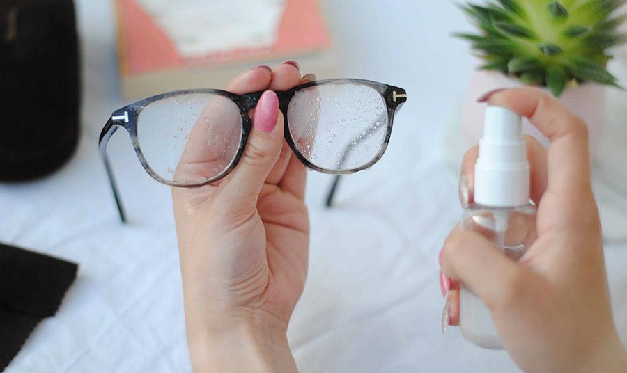Χρησιμοποιήστε ένα ειδικό σπρέι καθαρισμού για τους φακούς και σε καμία περίπτωση οτιδήποτε περιέχει οινόπνευμα!