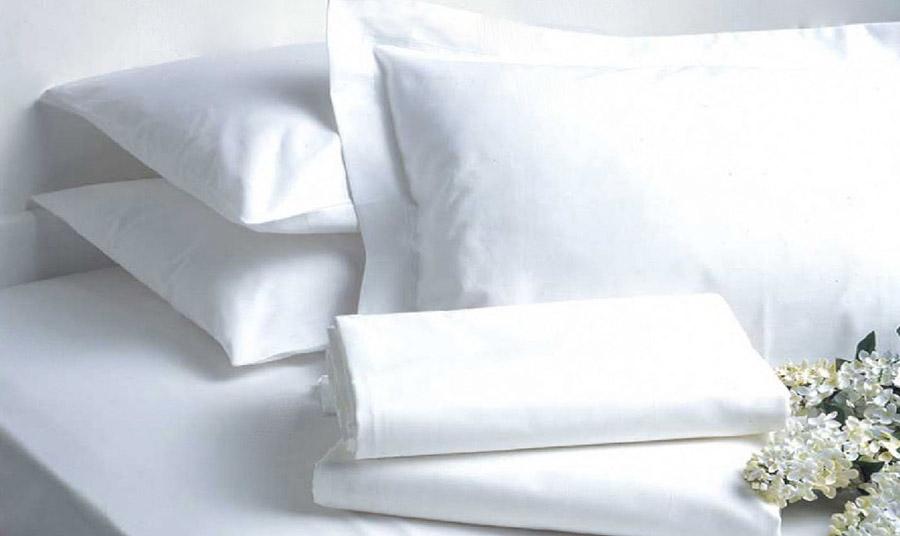 Αφαιρέστε το μακιγιάζ σας πριν ξαπλώσετε στα λευκά σας σεντόνια