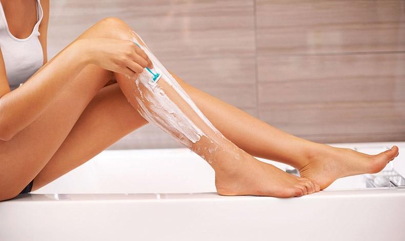 Αν επιλογή είναι το ξύρισμα, μην ξεχνάτε: να αλλάζετε συχνά ξυραφάκι, να χρησιμοποιείτε ειδικό αφρό, να ξυρίζετε τα πόδια σας μετά το μπάνιο αλλά και να κάνετε απολέπιση