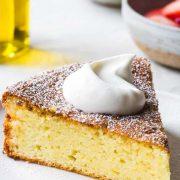 Κέικ με ελαιόλαδο, γιαούρτι και λεμόνι: Γλυκιά γεύση Ελλάδας!