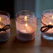 Το φως των κεριών πάντοτε δημιουργεί μία γλυκιά ατμόσφαιρα. Δημιουργήστε τα δικά σας ρομαντικά κηροπήγια από δαντελένια κορδέλα