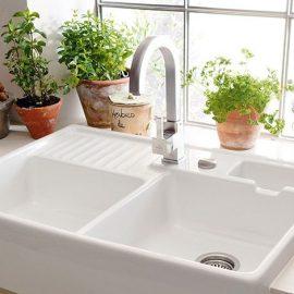 Θα μπορούσατε να φαντασθείτε ότι ο καθαρός νεροχύτης παίζει κεντρικό ρόλο, για να μοιάζει η κουζίνα σας μεγαλύτερη;