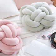 Σε παστέλ χρώματα και βελουτέ υφάσματα, τα Κnot pillows κατακτούν το κρεβάτι μας!