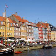 Το πανέμορφο παλιό λιμάνι της Κοπεγχάγης με τα πολύχρωμα κτίρια και τα άπειρα εστιατόρια και μπαρ είναι γεμάτο ζωή όλες τις ώρες