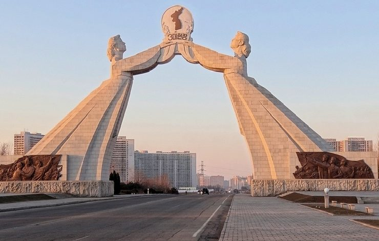 Η Αψίδα της Επανένωσης αφιερωμένη στην επανένωση της χώρας στέκεται στην αρχή του αυτοκινητόδρομου που ξεκινά από την Πιονγιάνγκ και φτάνει στην Αποστρατικοποιημένη Ζώνη, στα σύνορα με τη Νότια Κορέα.