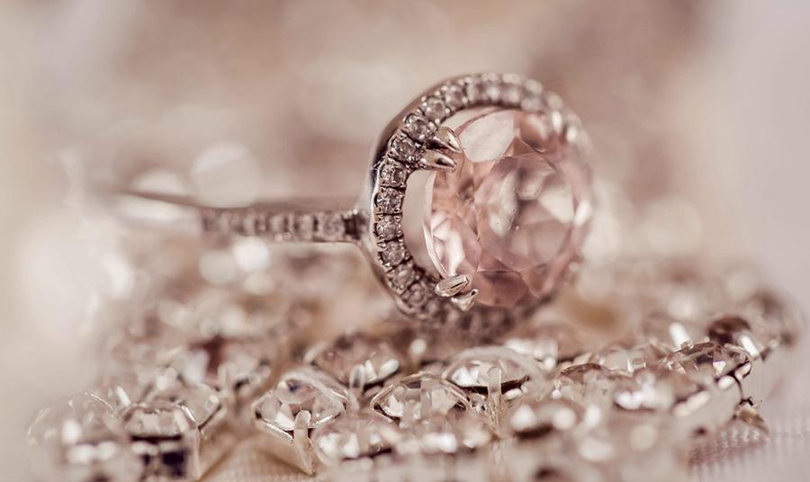 Ειδικά για τα διαμάντια σας, μπορείτε να τα καθαρίσετε με ένα ήπιο αντισηπτικό μαντιλάκι αλλά σε καμία περίπτωση αρωματικό!