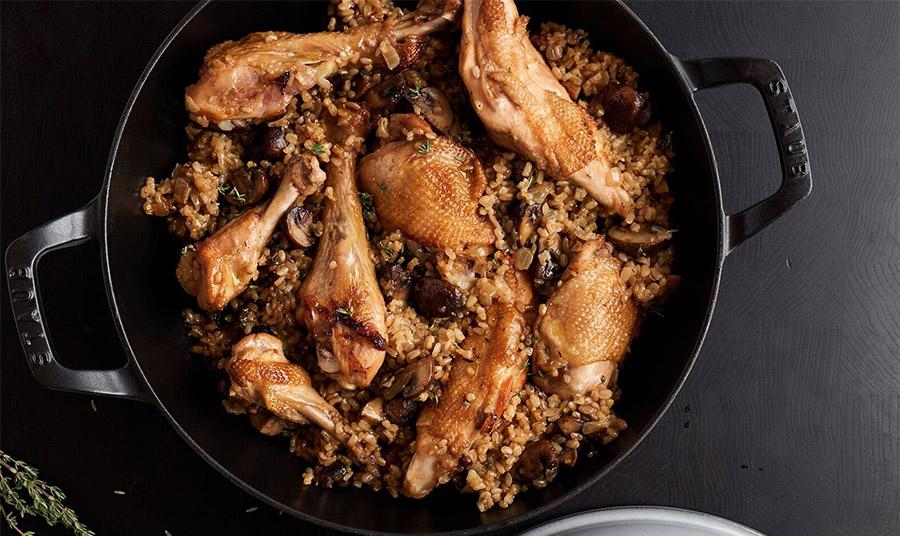 Κοτόπουλο με καστανό ρύζι, μανιτάρια και θυμάρι