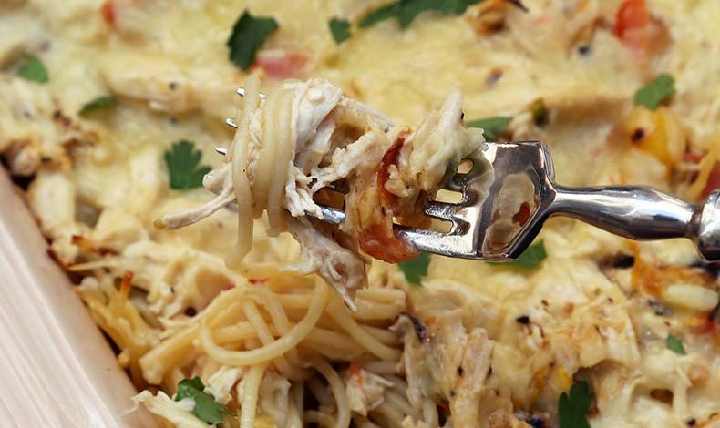 Τι θα φάμε απόψε; Κοτόπουλο με σπαγγέτι στον φούρνο!