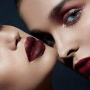 Σκούρο κόκκινο στα χείλη: Η σούπερ τάση της σεζόν