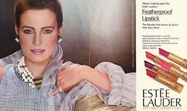 Η Estee Lauder, μία από τις πρώτες μάρκες που διέθεσαν κραγιόν πολυτελείας με τους υπέροχους χρυσαφί κυλίνδρους