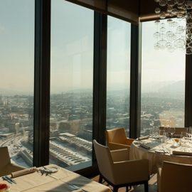 Η θέα από το εστιατόριο Clouds, στην κορυφή του μεγαλύτερου ουρανοξύστη της Ελβετίας