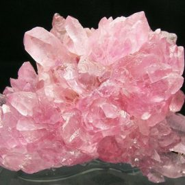 Ο ροδοειδής χαλαζίας βοηθά στο άνοιγμα της καρδιάς και θεωρείται η πέτρα που έλκει την αγάπη!