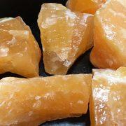 Ο πορτοκαλί ασβεστίτης σχετίζεται με τη σεξουαλικότητα και λέγεται ότι βοηθά στην τόνωση της θετικής ενέργειας σε όλο το σώμα