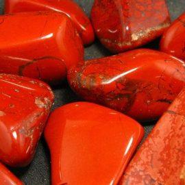 Ο κόκκινος ίασπις θεωρείται αφροδισιακό και βοηθά στη σωματική αντοχή και τη σεξουαλική ευχαρίστηση
