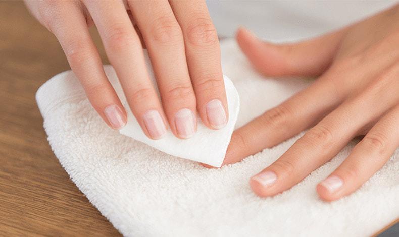 Ξεβάφουμε τα νύχια μας χωρίς βλαβερές συνέπειες!