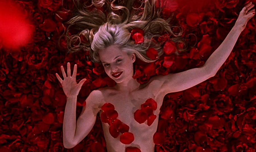 """Στην ταινία """"American Beauty"""", τα τριαντάφυλλα κλέβουν την παράσταση για ακόμα μια φορά δημιουργώντας το ιδανικό φόντο για την πρωταγωνίστρια Mena Suvari"""