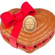 Η καρδιά του Καζανόβα για δύο άτομα: ανάμεσα στα μπισκότα macaron με σοκολάτα κλείνεται μαρμελάδα φραμπουάζ με κρέμα σοκολάτα Μαδαγασκάρης και φρέσκα φραμπουάζ