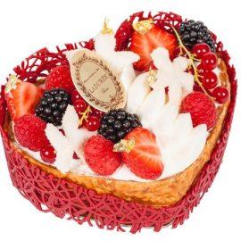 Η καρδιά της Ιουλιέτας για δύο άτομα: Καραμελωμένα φύλλα με μαρμελάδα από κόκκινα φρούτα, μους αρωματισμένη με γιασεμί και φρέσκα κόκκινα φρούτα