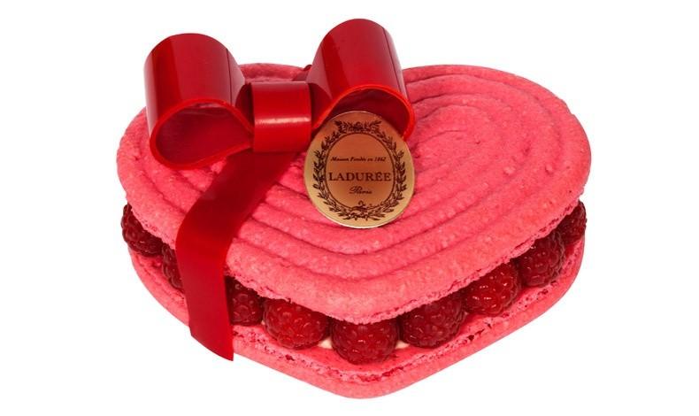 Η καρδιά του Ισπαχάν για δύο άτομα: Μπισκότα macaron με γεύση τριαντάφυλλου, κρέμα από πέταλα τριαντάφυλλου και φρέσκα λίτσι και φραμπουάζ