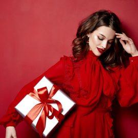 Περισσότερο από κάθε άλλο χρώμα, το κόκκινο παραπέμπει στη μαγεία των Χριστουγέννων και της Πρωτοχρονιάς! Ειδικά για την παραμονή των Χριστουγέννων μάλιστα, λέγεται πως το κόκκινο χρώμα φέρνει τύχη! Φορέστε ένα φλογερό κόκκινο φόρεμα και κατακόκκινο κραγιόν στα χείλη και θα είστε η σταρ της βραδιάς!