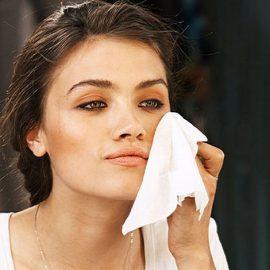 Τα μαντηλάκια καθαρισμού δεν καθαρίζουν σε βάθος το δέρμα. Αυτό που μπορείτε να κάνετε είναι να ξεκινήσετε με τα μαντιλάκια και να συνεχίσετε με ένα ήπιο καθαριστικό