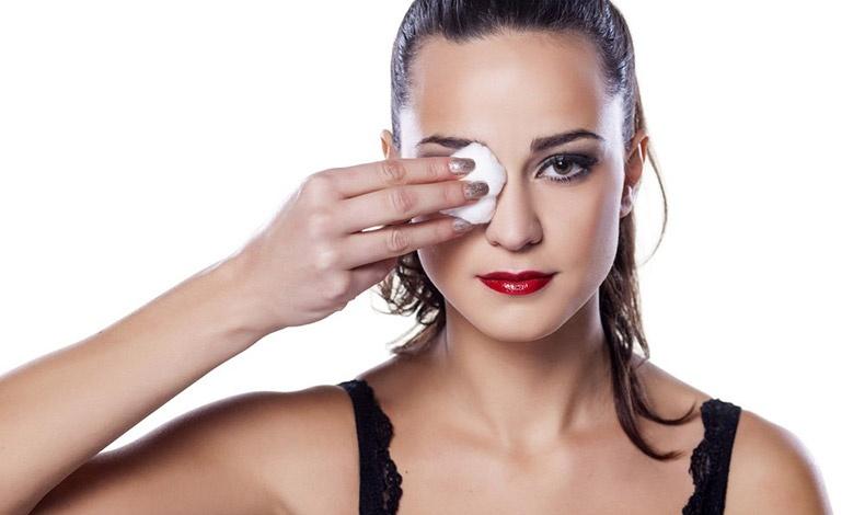 Μην τρίβετε τα μάτια σας για να απομακρύνετε ένα βαρύ μακιγιάζ, θα καταλήξετε με κοκκινίλες και ερεθισμούς