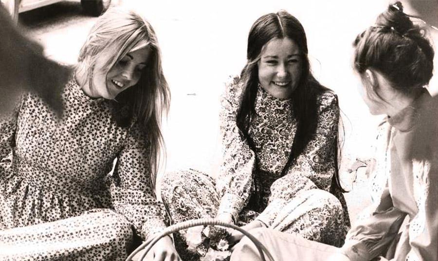 Μακρυμάνικα μάξι φορέματα από τη δεκαετία του 1970 © Laura Ashley Ltd