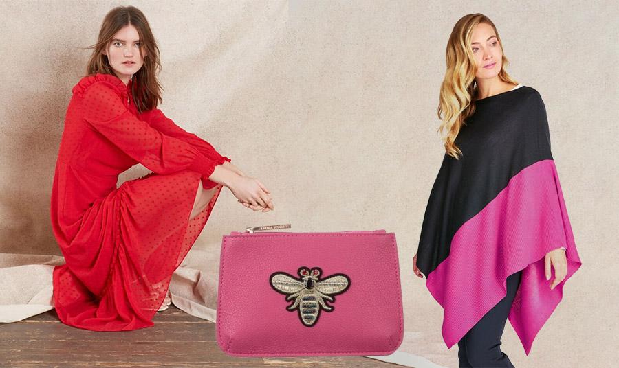Κόκκινο φόρεμα, χαριτωμένο φούξια τσαντάκι με απλικέ μέλισσα και χαλαρό πόντσο από τη συλλογή για την άνοιξη 2020