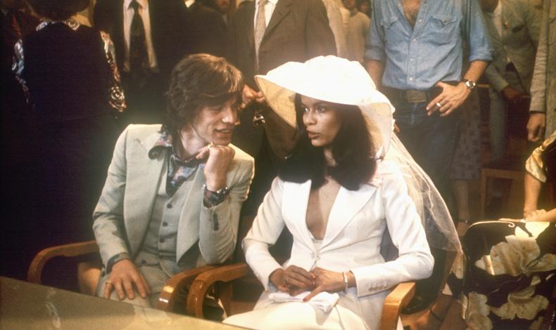Η Bianca Jagger στον γάμο της με τον Mick Jagger φόρεσε αντί για νυφικό λευκό σμόκιν