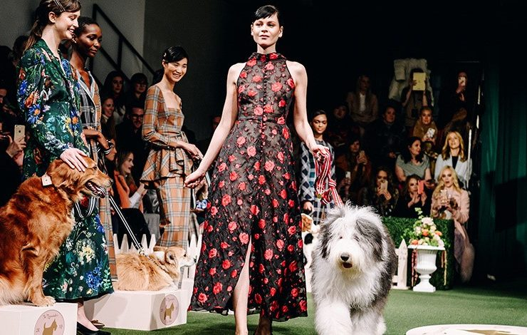 Lela Rose: Μία επίδειξη μόδας και ένα σόου με σκύλους σε ένα!