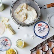 Φροντίστε τα υλικά να είναι ολόφρεσκα, κυρίως το λεμόνι που δίνει το στίγμα, ενώ το κλασικό στραγγιστό γιαούρτι ΔΩΔΩΝΗ θα χαρίσει στην κρέμα τη μεστή γεύση που χρειάζεται