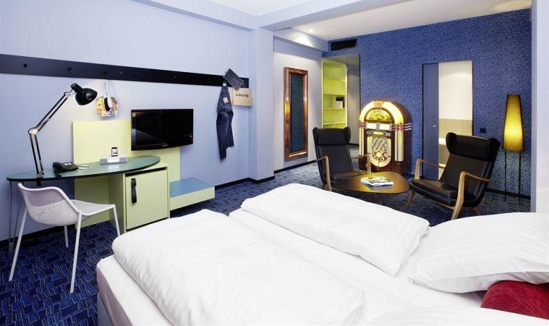 Η αμερικανική ποπ κουλτούρα εκφράζεται στο ΧL δωμάτιο του 25hours Hotel By Levi?s