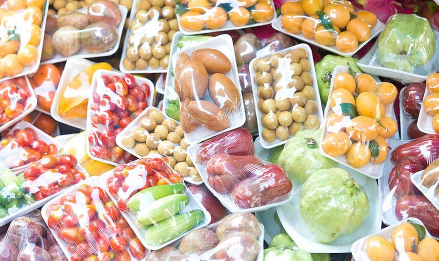 Προτιμήστε χύμα τρόφιμα παρά φρούτα και λαχανικά τυλιγμένα σε πλαστικές συσκευασίες