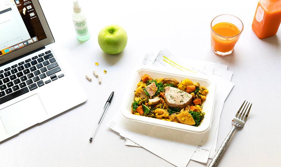Προμηθευτείτε τάπερ σε διάφορα μεγέθη για διαφορετικά τρόφιμα και έχετε το μαχαιροπίρουνό σας, για να μην καταφεύγετε στα πλαστικά μίας χρήσης