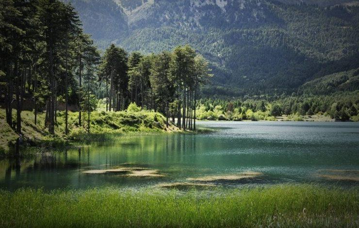 Το ονειρικό τοπίο στην λίμνη Δόξα, όπου στα νερά της καθρεφτίζεται η ομορφιά της φύσης