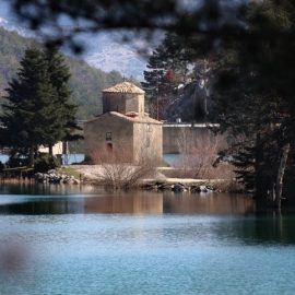 Ο Άγιος Φανούριος στο κέντρο σχεδόν της λίμνης, στέκει εδώ και πολλά χρόνια, μικρός, απέριττος και πανέμορφος