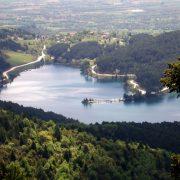 Το φράγμα της τεχνητής λίμνης σε υψόμετρο 900 περίπου μέτρων και ολοκληρώθηκε στα τέλη της δεκαετίας του ΄90