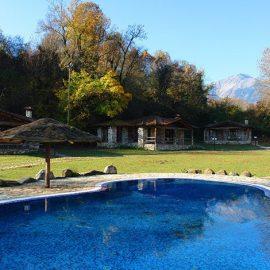 Στον κήπο του ξενώνα «Κεραμαριό» με τα πέτρινα σπιτάκια και τη λίμνη - πισίνα στο κέντρο της
