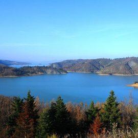 Η Λίμνη Πλαστήρα και τα νησάκια που σχηματίζονται στα νερά της