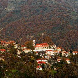 Το χωριό Λαμπερό απαγκιάζει ανάμεσα στις βουνοπλαγιές