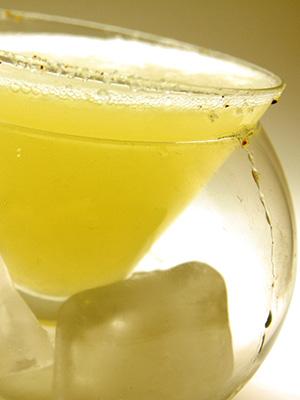 Θα χρειαστείτε: 2 μέρη τζιν, 1 μέρος λικέρ Δίκταμο Πολυκαλά, λίγο χυμό λεμονιού, λίγο φρεσκοτριμμένο τζίντζερ και τόνικ