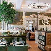 Το JNcQUOI δεν είναι απλά ένα εστιατόριο αλλά και ένας τριώροφος fashion παράδεισος με αντρικά ρούχα και αξεσουάρ. Ένα σύγχρονο εστιατόριο με έμφαση στα θαλασσινά και πρωταγωνιστή ένα σκελετό δεινοσαύρου?