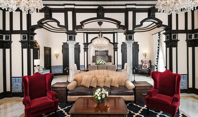 Το ξενοδοχείο Hotel Alfonso XIII είναι για τη Σεβίλλη ένα μοναδικό πολιτιστικό αξιοθέατο. Μετά την ανακαίνισή του, το ξενοδοχείο εντυπωσιάζει με την ξεχωριστή διακόσμησή του, το ανδαλουσιανό design με τις αραβικές επιρροές