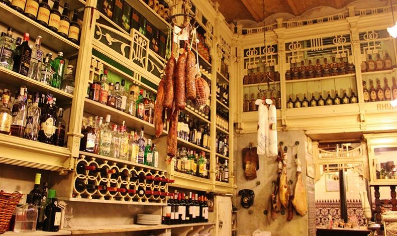 Μην παραλείψετε το πιο παλιό μπαρ της πόλης. Το El Rincincillo άνοιξε τις πόρτες του το 1670 και σερβίρει παραδοσιακά tapas μαζί με μια μεγάλη ποικιλία από κρασιά και sherry