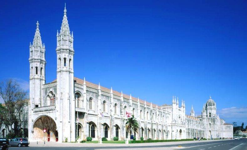 Θαλασσινή είναι και η διακόσμηση στο μοναστήρι των Ιερωνύμων, ίσως το σημαντικότερο και παλαιότερο μνημείο της πόλης