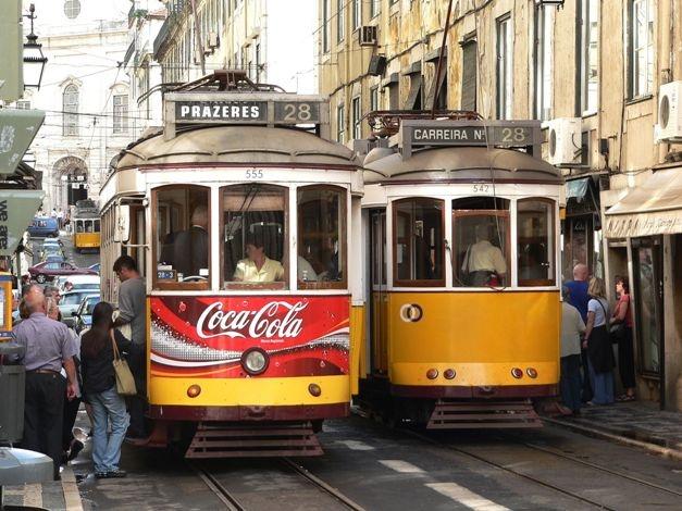 Με το αλλοτινής γοητείας ξύλινο τραμ Νο28 του 1930, μπορείτε να περάσετε από όλα τα μυθικά λιμάνια και τα ιστορικά σημεία της πόλης