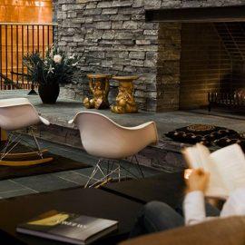 Άπλετοι κοινόχρηστοι χώροι, ξύλινες επενδύσεις από πεύκο όρεγκον κι ένα τεράστιο τζάκι από γκρι πέτρα?