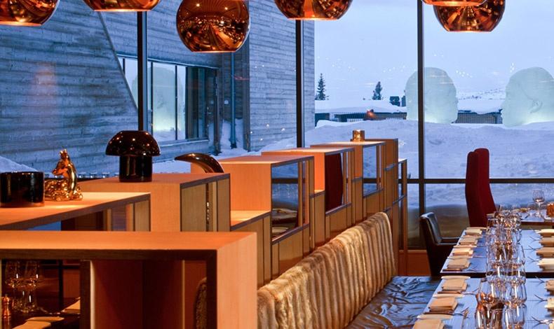 Στα δύο εστιατόρια, οι σεφ δίνουν έμφαση στα τοπικά προϊόντα, ενώ η απρόσκοπτη θέα κόβει την ανάσα